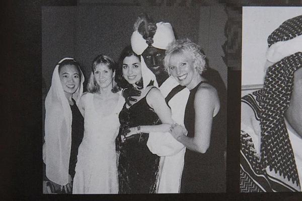 Thủ tướng Canada Justin Trudeau (thứ 4từ tráisang) hóa trang thành nhân vật Aladdin khi dự tiệc của trường năm 2001. Ảnh: Time.