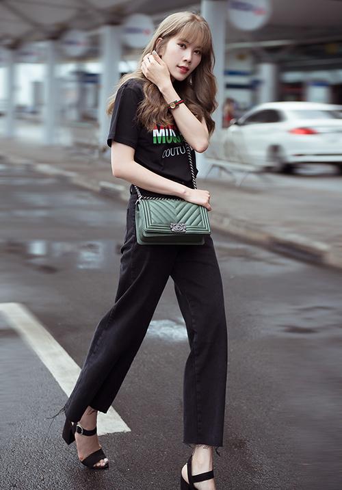 Nhan sắc sinh năm 1996 có sự đầu tư lớn cho trang phục mỗi lần xuất hiện. Nhiều bộ cánh của cô trông đơn giản nhưng đều phải chi hơn trăm triệu đồng để sở hữu.
