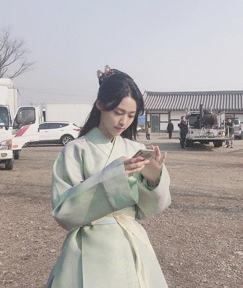 Seol Hyun mặc đồ cổ trang mộc mạc đóng phim mới.