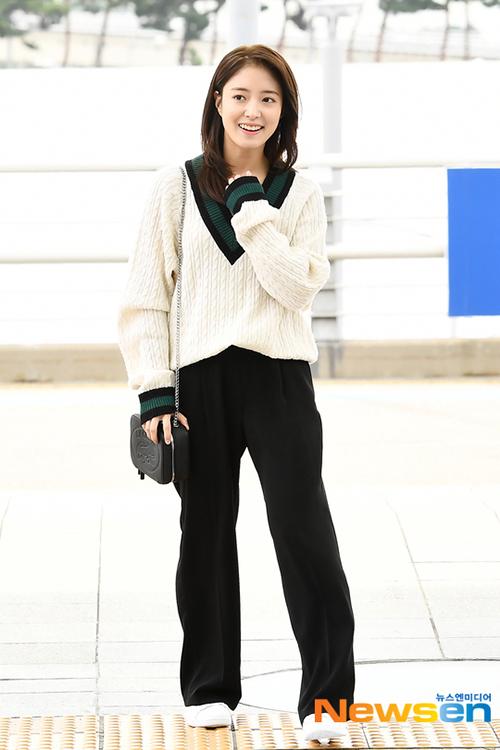 Sao nữ gây phản cảm vì như không mặc quần khi ra sân bay - 5