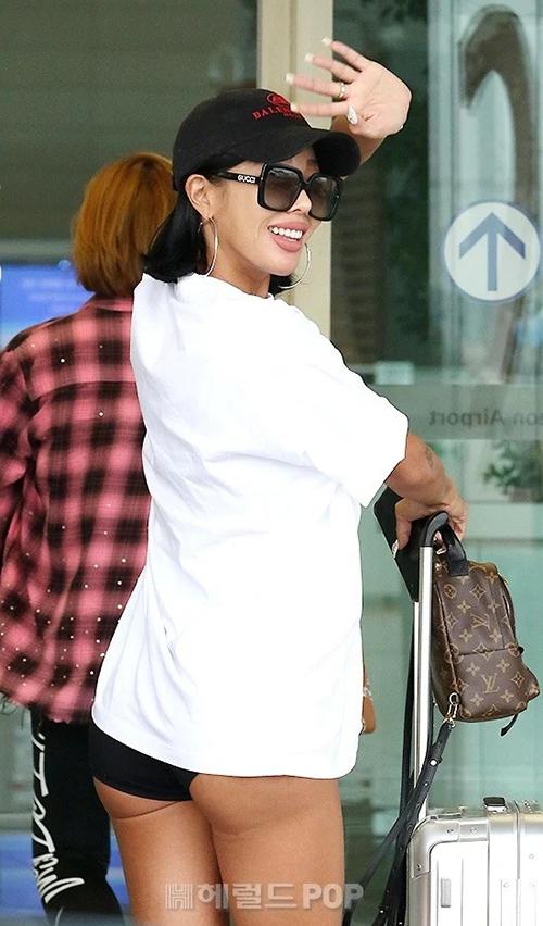 Sáng ngày 20/9, Jessixuất hiện ở sân bay Incheon. Nữ ca sĩ trở thành đề tài gây tranh cãi vì bộ trang phục phản cảm. Jessimặc áo phông dáng rộng, nhưng quần short quá ngắn, lộ nửa bờ mông khi cô giơ tay vẫy chào.