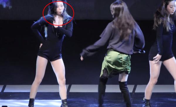Biểu cảm sửng sốt của vũ công khi thấy Hyuna thực hiện động tác táo bạo.