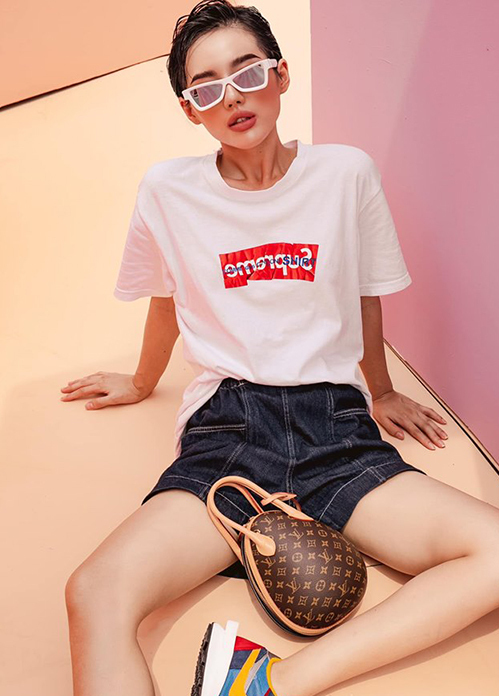 Khánh Linh giữ nguyên phong cách cá tính khi đeo túi hình trứng.