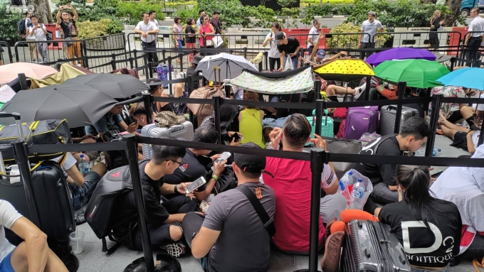 <p> Theo cảm nhận của Anh Vũ, đa số người Việt sang Singapore xếp hàng đều là những chủ cửa hàng sang trực tiếp mua với số lượng lớn và về Việt Nam bán hàng xách tay.</p> <p> Sáng 20/9, Apple Store tại đại lộ Orchard, Singapore tiếp tục mở bán.</p>