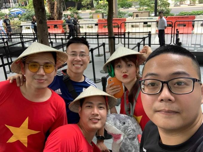 <p> Một nhóm bạn trẻ Việt sang Singapore 'săn' iPhone. Anh Vũ (24 tuổi, Hà Nội) chia sẻ: 'Bọn mình xếp hàng từ ngày 17, cách ngày mở bán 2 ngày để có được vị trí đẹp. Khoảng 8h hơn bọn mình được vào sau team pre-order'.</p> <p> Vũ cho biết Apple là một brand lớn nhưng công tác an ninh không được chặt chẽ. 'Ban đầu đã thống nhất xếp hàng ngay ngắn nhưng những người đến sau vẫn cố chen lấn dẫn đến những cãi vã. Đa số toàn người Việt Nam mình'.</p>
