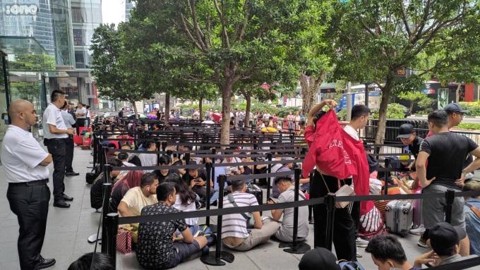 <p> Khoảng hơn 300 người xếp hàng từ đêm cho đến sáng chờ mua iPhone. Lực lượng an ninh được bố trí dày đặc tránh tình trạng hỗn loạn.</p>
