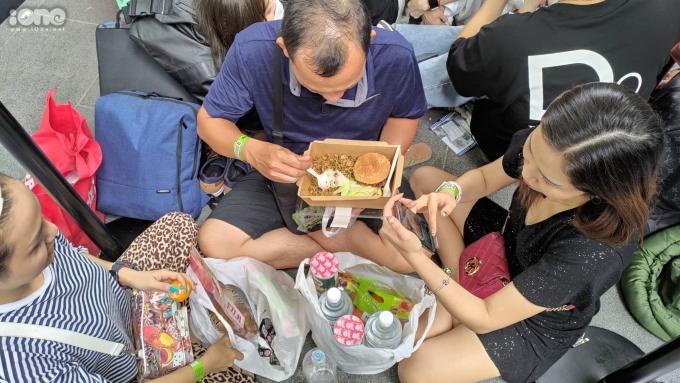 <p> Nhiều người sẵn sàng ăn giữa lề đường để mong mua được sản phẩm của Apple.</p>