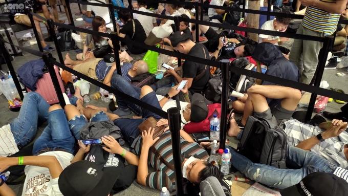 <p> Cảnh tượng người nằm la liệt trước cửa hàng của Apple trên đại lộ Orchard, Singapore.</p> <p> Để sở hữu món đồ công nghệ hot nhất hiện nay, nhiều người dùng có mặt tại Apple Store từ sớm. Thậm chí trải phông bạt, kê gối ngủ qua đêm.</p>