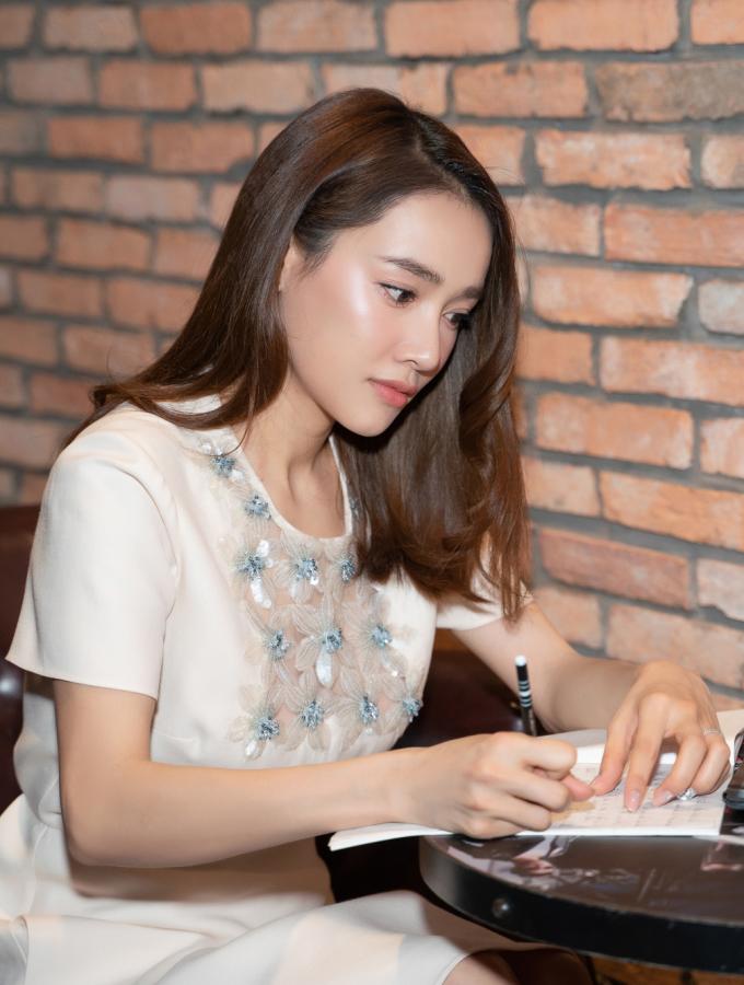<p> Nữ diễn viên cho biết dù ông xã Trường Giang bận rộn hơn nhưng vẫn giúp cô trong việc chăm sóc gia đình, con cái.</p>
