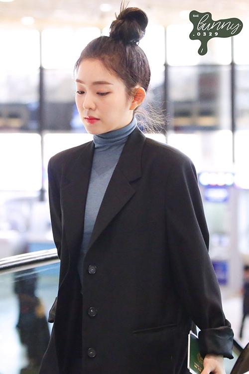 Áo cổ lọ được Irene mix – match khá ổn với kiểu vest dài rộng màu xanh sẫm.