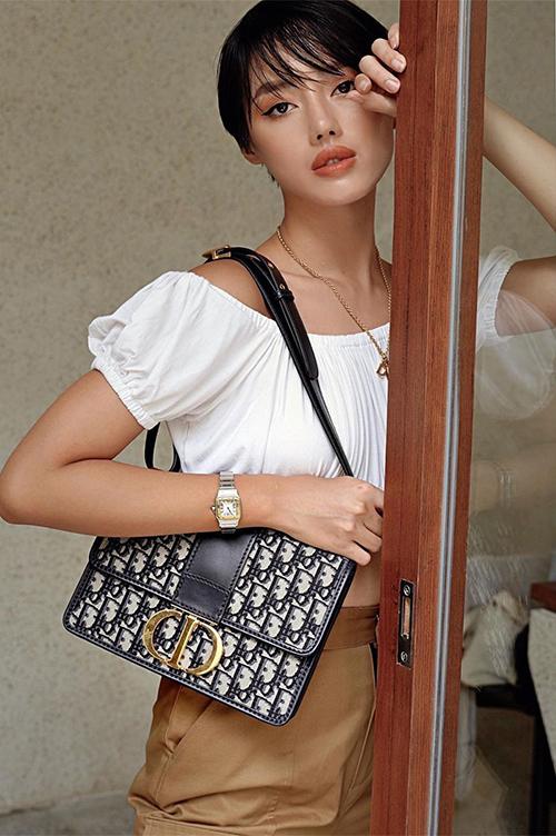 ...mà còn được Khánh Linh chọn diện với style kẹp nách đang là hot trend. Cả hai nàng fashionista 9X đều thể hiện phong cách ăn mặc sành điệu và nhận được nhiều lời khen từ giới sành mốt.