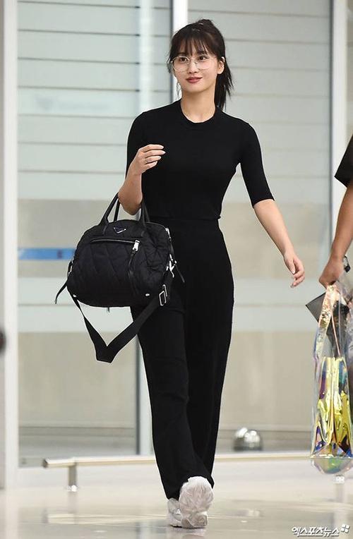 Cô nàng diện nguyên set đồ đen từ quần áo đến túi xách, nhưng vẫn gây chú ý với áo thun đen ôm sát cơ thể, vừa giúp Momo khoe dáng vừa thoải mái khi cô nàng di chuyển.