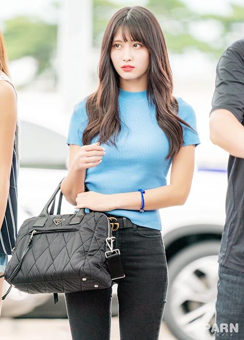 Ngoài màu trắng đen cơ bản, cô nàng còn sắm thêm item này với nhiều màu khác nhau, trong đó có mẫu áo màu xanh biển mát mắt.
