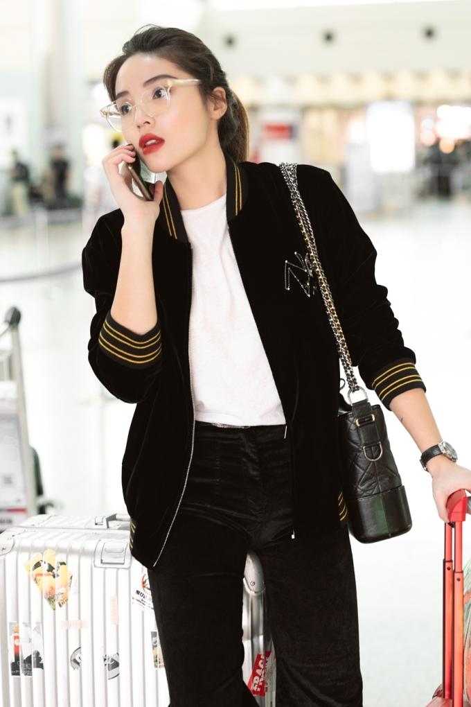 <p> Đi kèm với trang phục là phụ kiện giầy và túi xách của Chanel. Vali cùng túi keepall đắt đỏ là sự lựa chọn của Kỳ Duyên để hoàn thiện set đồ sang chảnh.</p>