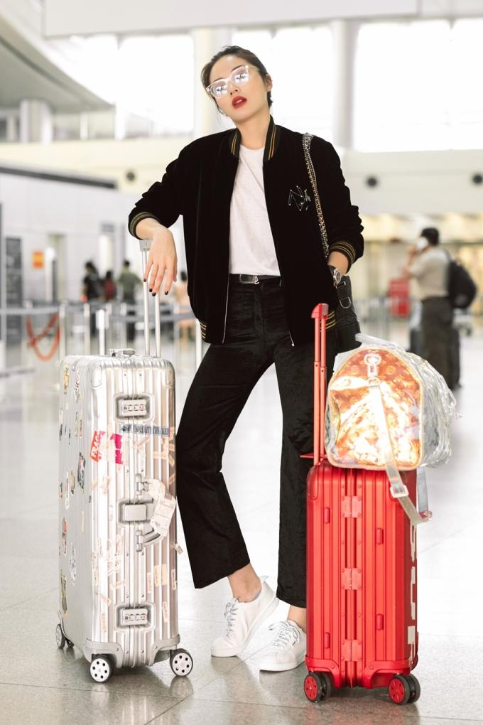 <p> Đây là năm thứ 3 liên tiếp Kỳ Duyên đi Pháp tham dự Paris Fashion Week. Hoa hậu đi sớm một ngày để đảm bảo sức khỏe, làm quen với múi giờ. Cô đem theo hai vali ra sân bay, trang điểm nổi bật, trang phục thoải mái, năng động.</p>
