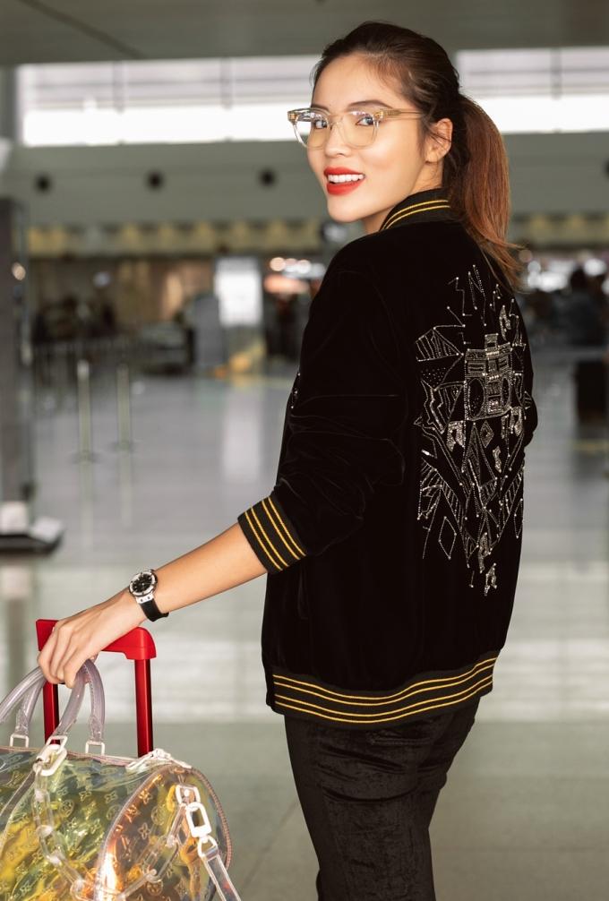 <p> Người đẹp gây chú ý khi diện áo khoác của SYL giá gần 200 triệu đồng.</p>