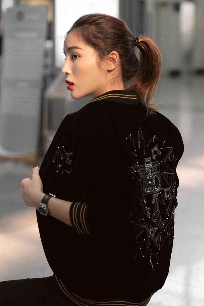 <p> Chiếc áo nhấn nhá bằng những đường viền ở ống tay, chân áo và họa tiết nổi bật sau lưng.</p>