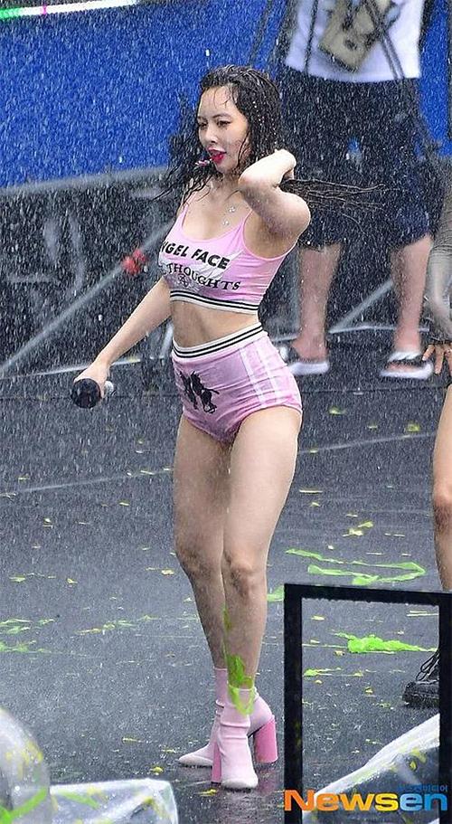 Hyuna nhận nhiều ý kiến trái chiều sau sân khấu ở lễ hội Waterbomb hồi tháng 7.