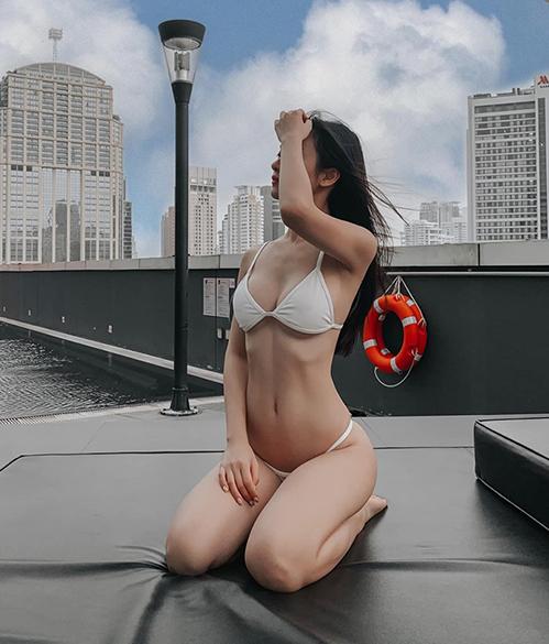 Jun Vũ diện bikini nhỏ xíu khoe vóc dáng gợi cảm.