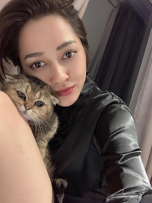 Bảo Anh selfie cùng mèo cưng.