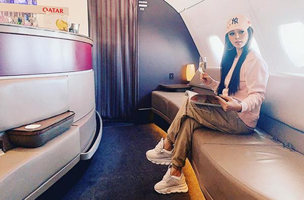 Huyền Baby ngồi trên chuyến bay sang chảnh, thoải mái như ở nhà khi từ London về Việt Nam.