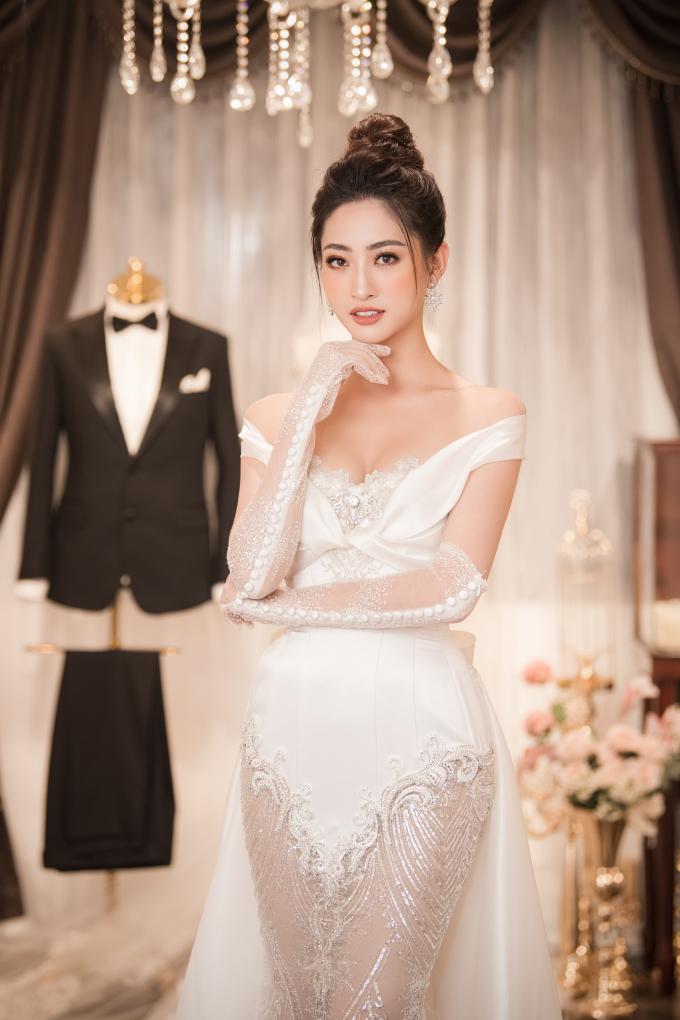 <p> Hoa hậu Lương Thùy Linh được chọn làm vedette trình diễn mẫu áo cưới đính kim cương. Thiết kế lấy cảm hứng hoàng gia có giá trị ước tính 1 triệu USD.</p>