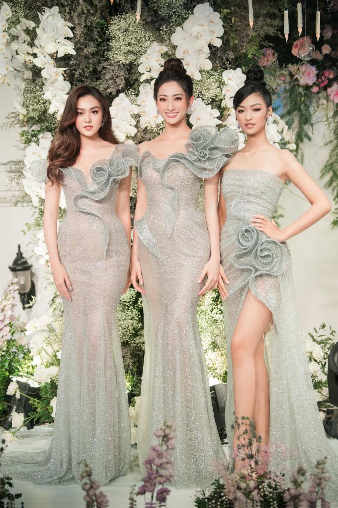 """<p> Trong buổi khai trương, NTK Phạm Đăng Anh Thư cho ra mắt bộ sưu tập áo cưới cao cấp mang tên """"Maison de Rose"""" - Ngôi nhà hoa hồng. Nhiều hoa hậu, á hậu góp mặt trong sự kiện.</p>"""