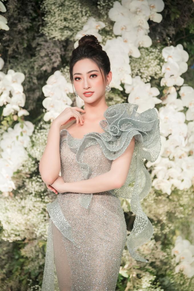 <p> Hoa hậu Lương Thùy Linh khoe vẻ đẹp kiêu sa trong thiết kế lệch vai lấp lánh.</p>