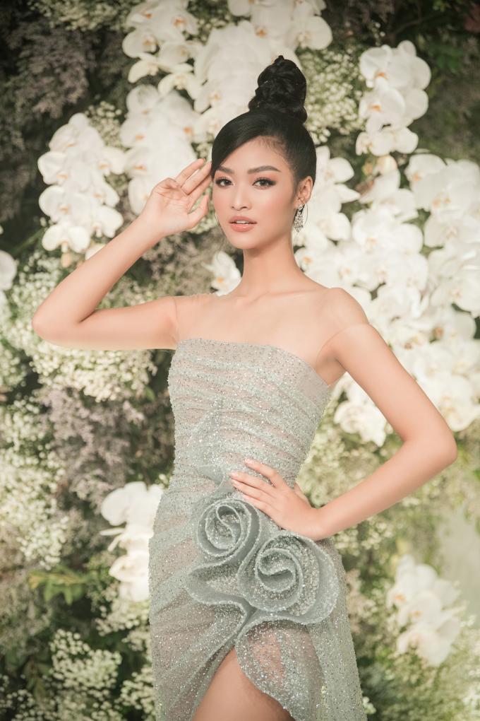 <p> Á hậu Kiều Loan trung thành với lối trang điểm tông nude sắc sảo. Trước thềm thi Miss Grand International 2019, người đẹp Đà Nẵng được khen có sự tiến bộ rõ rệt về ngoại hình, phong cách.</p>