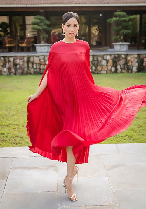 Mai Phương Thúy khoe vẻ duyên dáng trong bộ váy mềm mại.