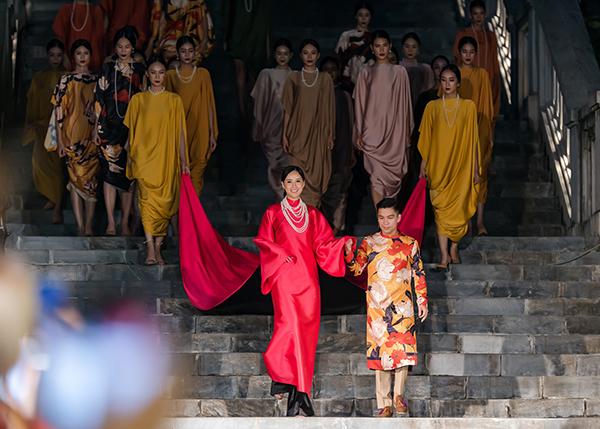 Để hoàn thành màn trình diễn, Mai Phương Thúy phải nhờ hai người mẫu đi phía sau xách tà áo, đặc biệt là khi bước xuống các bậc thang.