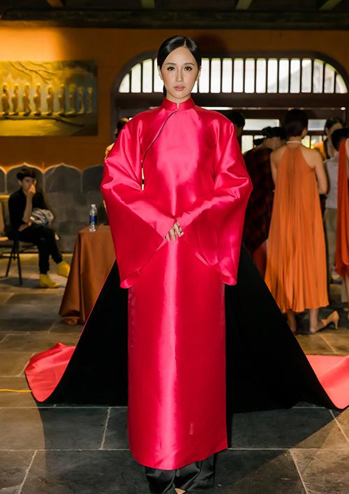 Mai Phương Thúy là vedette cho bộ sưu tập Yên của NTK Adrian Anh Tuấnđược trình diễn tại một resort 5 sao nằm trong thung lũng dưới chân ngọn núi Yên Tử