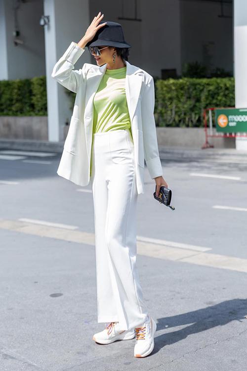 Diện cây vest trắng, HHen Niê được so sánh với... Michael Jackson.
