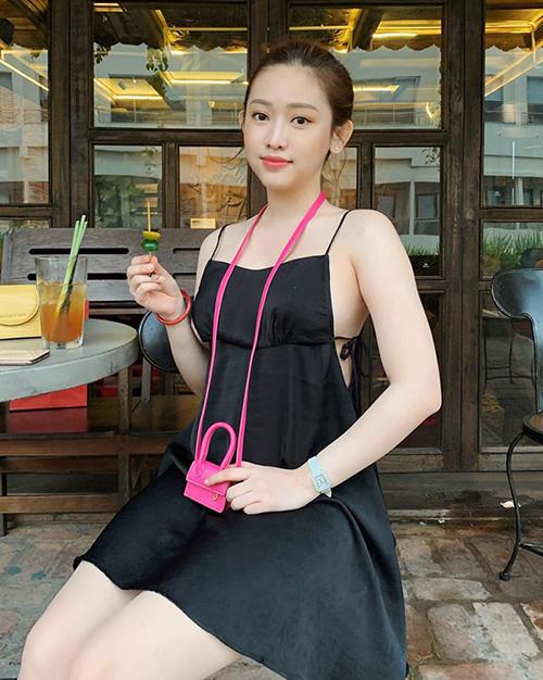 Trong bức ảnh street style mới đây, Thúy Vi diện váy đen trơn, làm nổi bật chiếc túi màu hồng. Món phụ kiện của cô nàng có kiểu dáng hao hao dòng túi Chiquito đình đám của thương hiệu Jacquemus.
