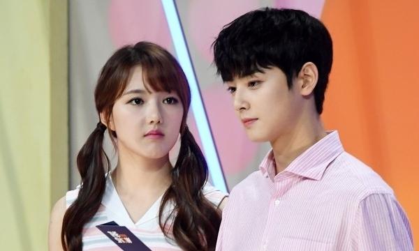 Gương mặt của Ye Rin (GFriend) vốn đã nhỏ nhưng gương mặt Cha Eun Woo còn nhỏ hơn.