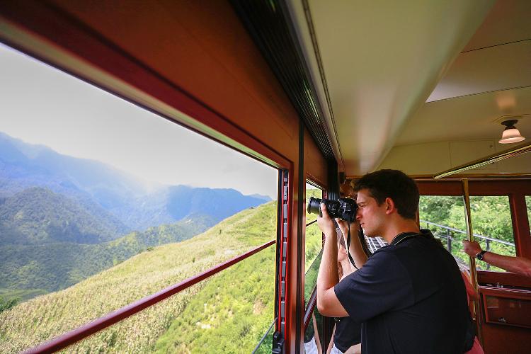 Vẻ đẹp độc đáo của tuyến tàu hỏa leo núi Mường Hoa và cảnh sắc diệu kỳ từ trên toa tàu cũng là nguồn cảm hứng thu hút rất nhiều nghệ sĩ và du khách trong và ngoài nước đến với Sa Pa thời gian gần đây.