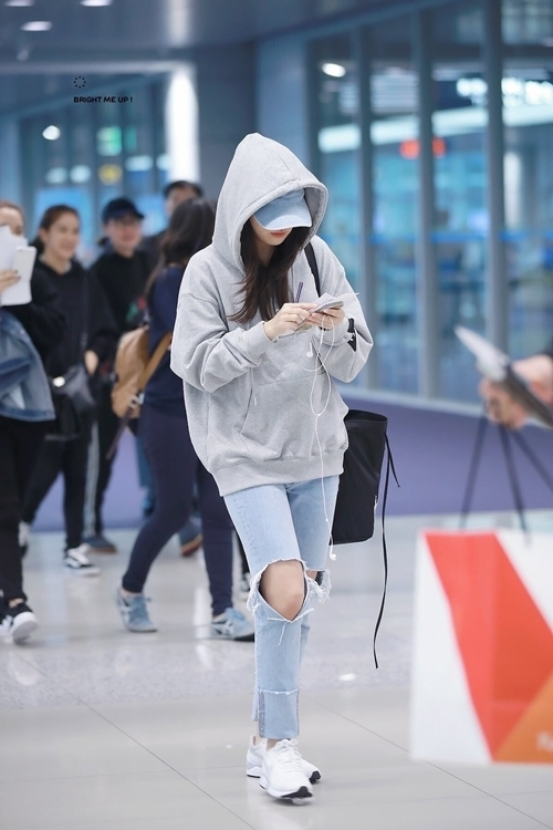 Seul Gi cũng yêu thích những chiếc hoodie có mũ, thuận tiện khi che giấu kiểu tóc và mặt mộc mỗi lần ra sân bay. Mỗi lần diện item này, fan lại ví cô nàng như mẫu bạn trai lý tưởng bởi vẻ cá tính.