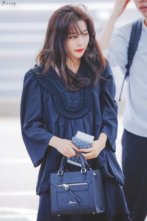 Cứ mỗi lần xuất hiện tại sân bay, Seul Gi lại trở thành nhân vật nổi bật nhất đội hình Red Velvet. Cô nàng gây ấn tượng với trang phục đa dạng, khi thì cổ điển thanh lịch, lúc cá tính chất chơi khiến fan bất ngờ.