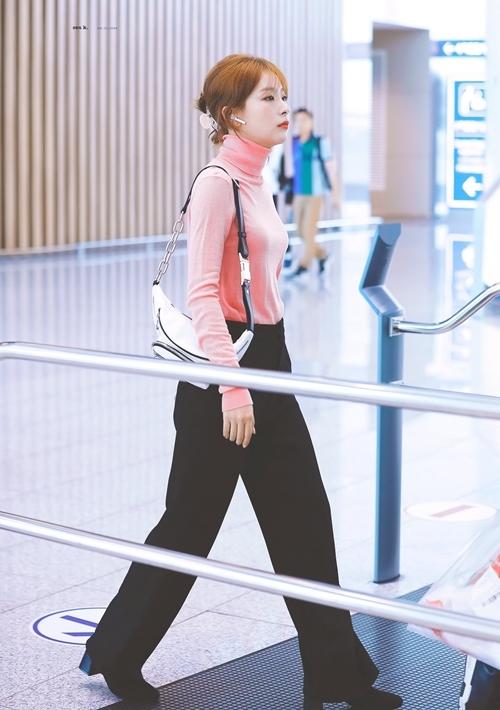 [Seul Gi là một trong những nữ idol có gu thời trang được fan đánh giá cao. Cô ưa chuộng những item basic nhưng vẫn thời thượng, trẻ trung.