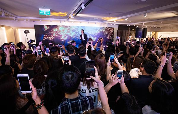 Hàng trăm fan hát theo và cổ vũ cùng nam ca sĩ.