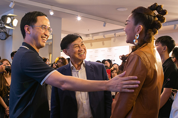 Gia đình chồng Tăng Thanh Hà gồm doanh nhân Johnathan Hạnh Nguyễn (giữa) và Louis Nguyễn có mặt tại sự kiện và gửi lời chúc mừng tới Thanh Hằng. Họ gặp mặt và trò chuyện vui vẻ.