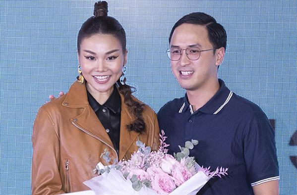 Chồng Hà Tăng lên sân khấu tặng hoa cho Thanh Hằng.