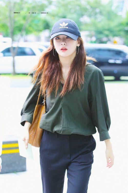 Mũ và những chiếc túi luôn được cô nàng dùng làm điểm nhấn cho phong cách đơn giản của mình.