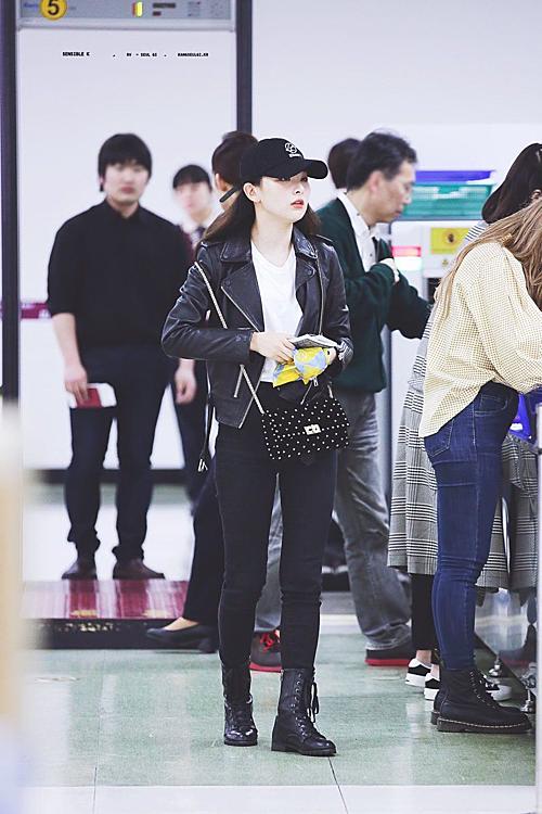 Áo thun trắng, quần skinny đen cùng áo khoác da, boots bệt và mũ lưỡi trai là combo hoàn hảo cho phong cách girl crush của nữ idol sinh năm 1996.