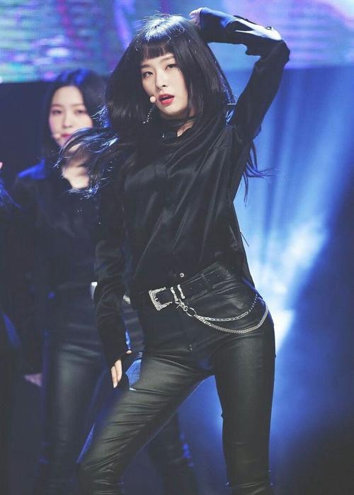 Seul Gi cũng sở hữu đôi mắt một mí rất có hồn. Trong các màn biểu diễn, cô khoe được hình thể quyến rũ mà không cần diện đồ hở hang.
