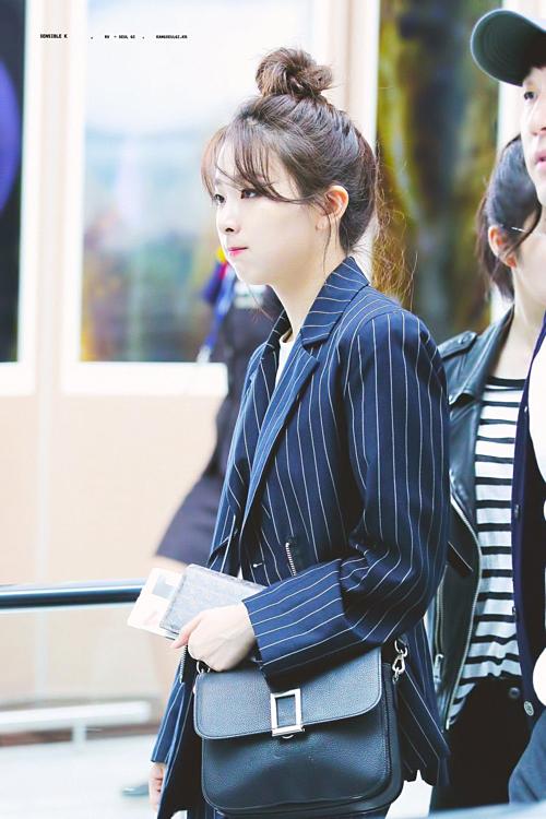 Để kết hợp với blazer tối màu mà vẫn giữ được vẻ thời thượng, Seul Gi sẽ mix cùngáo tshirt hoặc sơmi suông rộng. Bên cạnh đó, thi thoảng cô cũng chọn loại blazer dài hơn, mặc theo style áo giấu quần cũng rất thú vị.