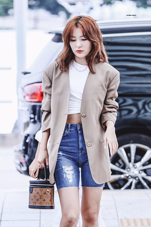 Trong lần ra sân bay đầu tháng 9, Seul Gi gây sốt với set đồ thời thượng gồm croptop, quần xe đạp bó chẽn và blazer màu be.