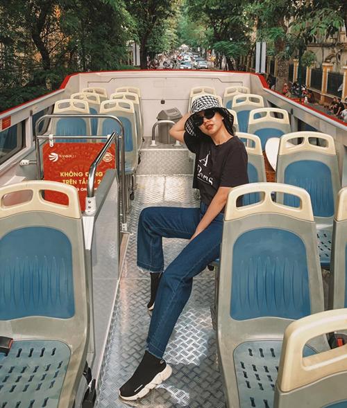 Băng Di đi ngắm phố phường Hà Nội bằng xe bus 2 tầng.
