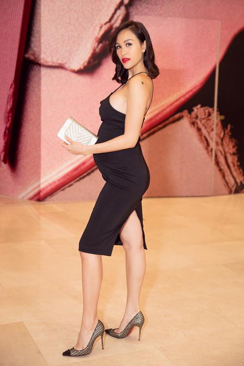 Phương Mai cũng không ngại diện đầm đen bó sát để khoe bụng bầu 30 tuần. Cô thậm chí còn tự tin đi guốc cao 7cm, bước đi nhanh nhẹn, chứ không hề nặng nề như nhiều bà bầu khác.