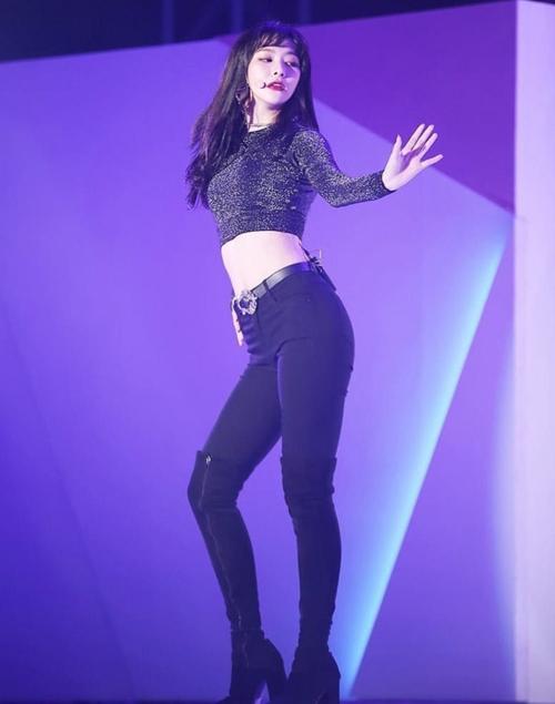 Đồ diễn gợi cảm đi cùng thần thái sắc sảo, mạnh mẽ giúp Seul Gi hút fan trong Red Velvet chẳng kém nữ thần Irene.